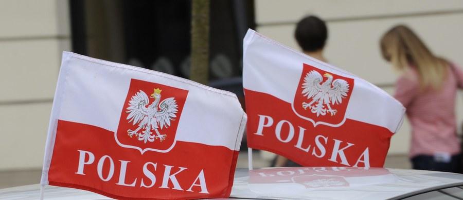"""""""W badaniu IBRiS dla """"Rzeczpospolitej"""" 55 proc. Polaków zgodziło się ze stwierdzeniem, że demokracja w naszym kraju jest zagrożona"""" – czytamy w poniedziałkowym wydaniu dziennika. """"Przeciwnego zdania jest w sumie niemal 35 proc. Polaków"""" – wyjaśnia gazeta."""