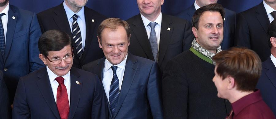 Unia Europejska i Turcja przyjęły wspólny plan działań, którego celem jest zahamowanie fali migracji do Europy - poinformował przewodniczący Rady Europejskiej Donald Tusk. UE zapowiedziała m.in. przekazanie 3 mld euro wsparcia na pomoc dla ponad 2 milionów uchodźców z Syrii, którzy schronili się w Turcji.
