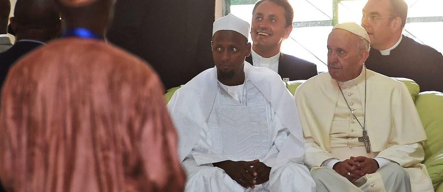 """Papież podczas wizyty w meczecie w stolicy Republiki Środkowoafrykańskiej, Bangi, zaapelował do muzułmanów: """"Razem powiedzmy nie nienawiści, zemście, przemocy, zwłaszcza tej dokonywanej w imię religii czy Boga""""."""