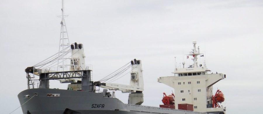 """11 polskich marynarzy, znajdujących się na pokładzie statku """"Szafir"""" pod eskortą łodzi patrolowej nigeryjskiej marynarki wojennej dopłynęło bezpiecznie do portu w Onne. Resort spraw zagranicznych informuje, że działania na rzecz uwolnienia 5 uprowadzonych Polaków trwają."""