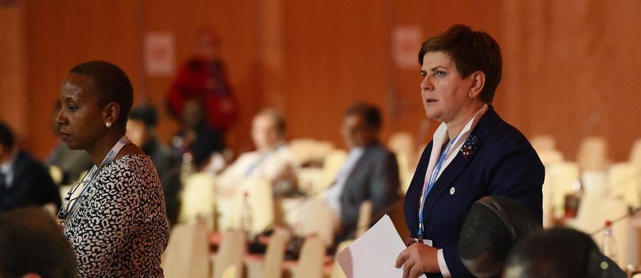 Wierzymy, że nowe porozumienie będzie prawdziwie globalne i wszystkie państwa podejmą wysiłki na rzecz zapobiegania zmianom klimatu; dla Polski to podstawowy warunek przystąpienia do porozumienia - powiedziała premier Beata Szydło podczas inauguracji szczytu klimatycznego ONZ w Paryżu. Dodała również, że do 2020 roku Polska jest gotowa wyasygnować kwotę 8 mln dolarów, aby wesprzeć m.in. zielony fundusz klimatyczny.