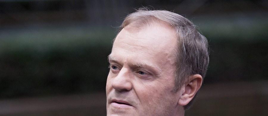 """Rok temu Donald Tusk objął stanowisko przewodniczącego Rady Europejskiej – pisze we wtorkowym wydaniu """"Fakt"""". """"Jako premier zarabiał już krocie. Ale to i tak nic w porównaniu do tego, jak urządził się w Brukseli"""" – podkreśla dziennik."""