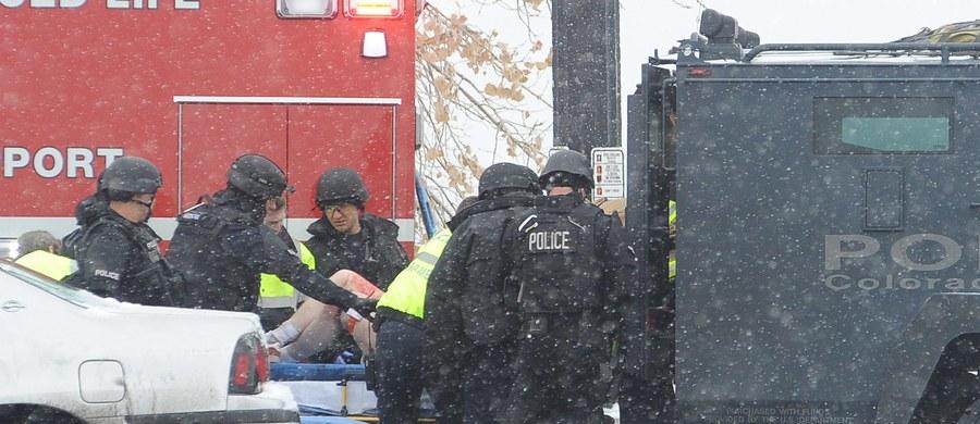Mężczyzna oskarżony o zabicie trzech osób i ranienie dziewięciu innych w strzelaninie, do której doszło w piątek w klinice aborcyjnej w stanie Kolorado, stanął wczoraj przed sądem. Grozi mu zarzut popełnienia morderstwa pierwszego stopnia.