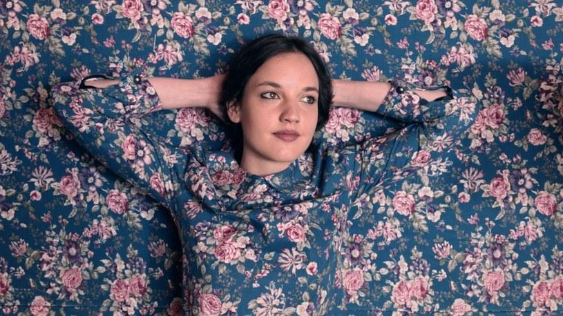 Jain to 23-letnia Francuzka, która jesienią tego roku podbiła serca Polaków za sprawą jednej piosenki wykorzystanej do reklamowania ramówki jednej ze stacji telewizyjnych. Urocza wokalistka o swojej debiutanckiej płycie oraz polskich fanach opowiadała w rozmowie z Interią.