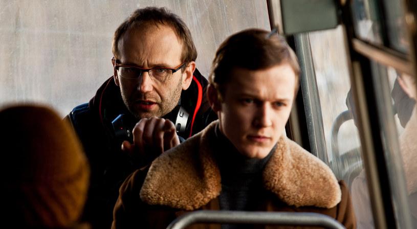 """- Nie chcę kokietować widza emocjonalnymi uwzniośleniami. To jest bardzo chłodny film - reżyser Marcin Koszałka mówi o swym debiucie """"Czerwony pająk"""" i dodaje: - Moim mistrzem jest Haneke. Nie możesz powiedzieć, żeby w jego filmach były wiadra emocji... On potrafi podać grozę w ciszy, wygrać dramat jednym spojrzeniem, mówić nie na temat, a jednak trafiać w punkt."""