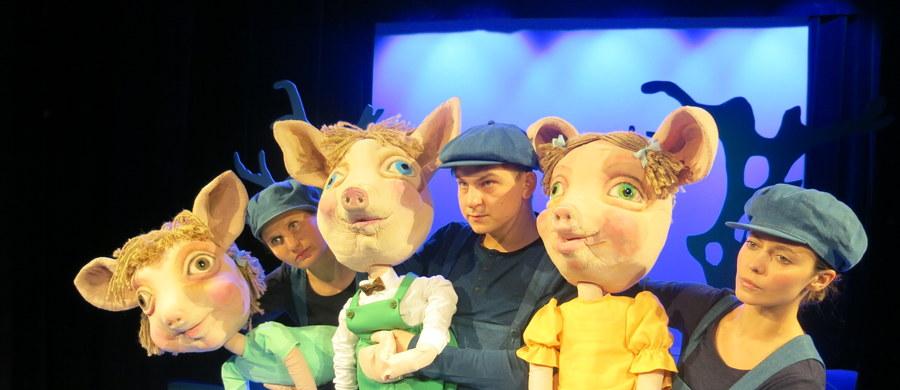 """6 grudnia w dniu premiery audiobooka RMF FM """"Trzy Świnki"""" - mikołajowego prezentu dla najmłodszych - w krakowskim Teatrze Groteska odbędzie się wyjątkowy spektakl. Aktorzy specjalnie dla słuchaczy radia RMF FM zagrają bajkę na motywach baśni Braci Grimm w adaptacji Adolfa Weltschka. Zobaczcie, jak przebierają próby przed pokazem."""