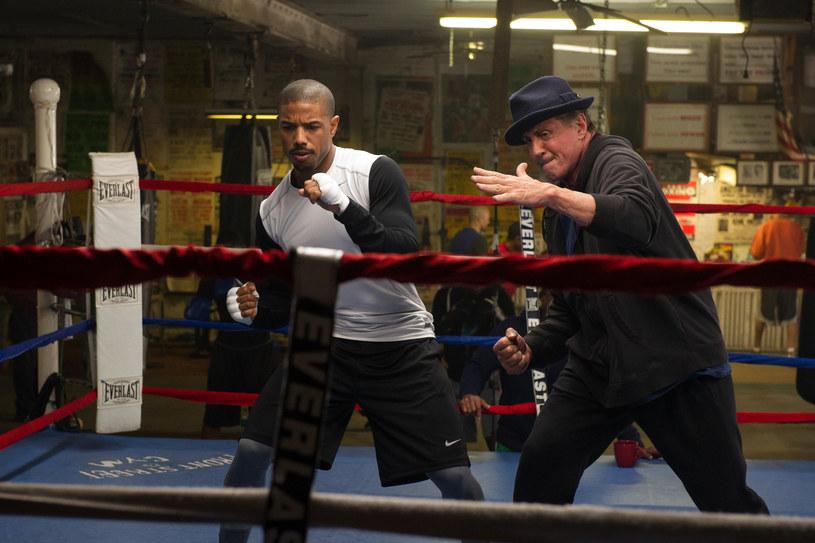 Sylvester Stallone powraca na ekrany jako Rocky Balboa, jeden z najsłynniejszych bohaterów w historii kina. We współczesnej odsłonie serii partneruje mu Michael B. Jordan.