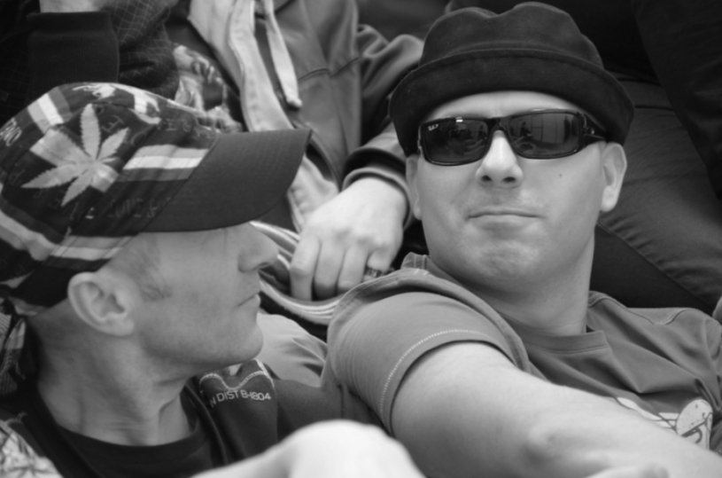 """30 listopada w wypadku samochodowym w Oświęcimiu zginął Paweł Sikora, były wokalista zespołu Krzywa Alternatywa, z którym wystąpił w trzeciej edycji """"Must Be The Music""""."""