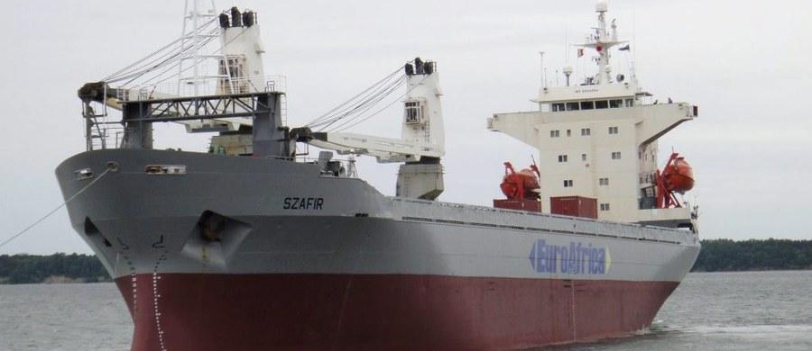 """Trzech polskich marynarz ze statku """"Szafir"""", którzy uniknęli porwania u wybrzeży Nigerii, wróciło do Polski - informuje ministerstwo spraw zagranicznych. Obecnie przebywają ze swymi rodzinami. Trwają negocjacje z porywaczami, którzy wciąż przetrzymują pięciu polskich marynarzy."""