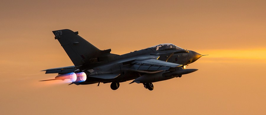 Brytyjska Izba Gmin zaaprobowała stosunkiem głosów 397:223 rozszerzenie ataków lotnictwa brytyjskiego na cele Państwa Islamskiego (IS) w Syrii. Decyzję podjęto po 10-godzinnej debacie.