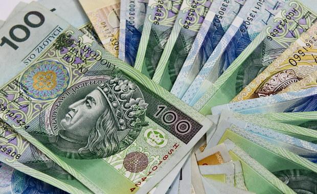 15 tysięcy złotych w gotówce, 150-metrowy dom na zasadach współwłasności, 250 tysięcy złotych długów - to majątek prezesa PiS Jarosława Kaczyńskiego. Na sejmowych stronach internetowych pojawiły się już oświadczenia majątkowe parlamentarzystów. W Faktach RMF FM sprawdzamy dziś, ile politycy mają na koncie.
