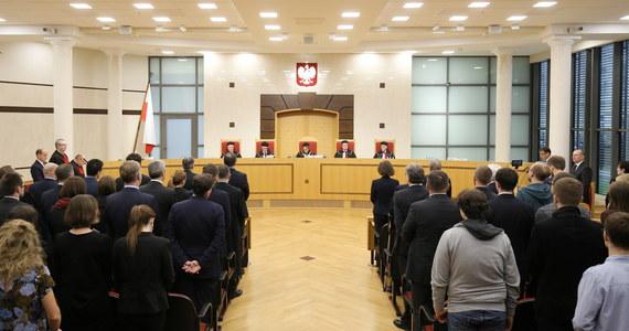 Trybunał Konstytucyjny zbadał przyjętą w czerwcu ustawę o TK. To ona była podstawą wyboru w październiku przez poprzedni Sejm pięciu sędziów, których nie zaprzysiągł prezydent Andrzej Duda. Przypominamy kalendarium sporu o Trybunał Konstytucyjny.
