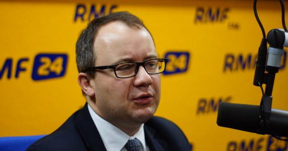 """""""Helsińska Fundacja Praw Człowieka była jedyną instytucją, która na piśmie mówiła, że przepisy pozwalające na wybór 2 sędziów są niezgodne z konstytucją"""" – mówi gość Kontrwywiadu RMF FM Rzecznik Prawo Obywatelskich Adam Bodnar, pytany przez słuchaczy o wybór sędziów Trybunału przez PO. """"Mam czyste sumienie w tym kontekście"""" – dodaje. """"Od początku nie wyglądało to dla mnie najlepiej, że przyjmowane są przepisy na wyrost, na przyszłość"""" – uważa Bodnar."""