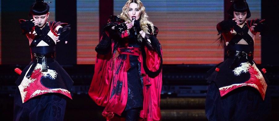 """Madonna naraża się Scotland Yardowi? Jak donoszą brytyjskie media, słynna piosenkarka użyła """"fałszywego"""" radiowozu, by wrócić do hotelu po koncertach w Londynie."""