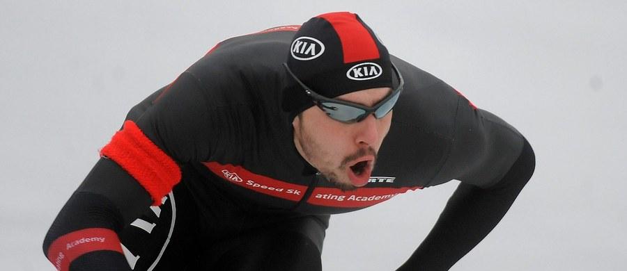 Artur Waś na dystansie 500 metrów i męska drużyna w składzie: Konrad Niedźwiedzki, Jan Szymański i Zbigniew Bródka zajęli trzecie miejsca podczas pierwszego dnia zawodów Pucharu Świata łyżwiarzy szybkich w niemieckim Inzell.