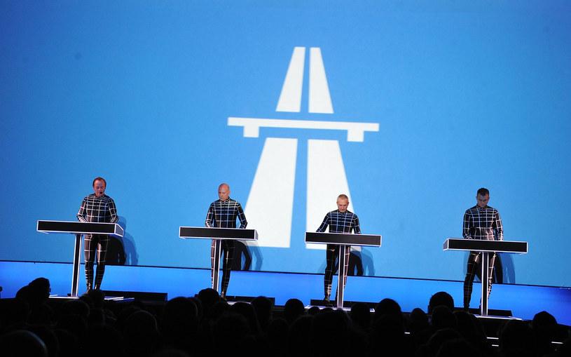 Jeżeli kiedyś zastanawialiście się, kto rozdaje karty w muzyce elektronicznej i dyskutowaliście w gronie znajomych, czy jest to może Skrillex, Aphex Twin lub chociażby Diplo, to mogę was pocieszyć i uspokoić. Rozwiązanie waszego sporu jest proste. Królami elektroniki są starsi panowie z Kraftwerk!