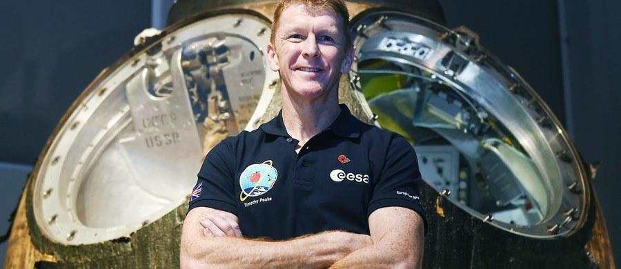 """Brytyjski astronauta Tim Peake zamierza przebiec maraton... w kosmosie. 43-letni mężczyzna planuje dokonać tego przywiązując się do bieżni na międzynarodowej stacji kosmicznej, na której ma spędzić łącznie 173 dni. Ma """"wystartować"""" w dniu maratonu londyńskiego."""