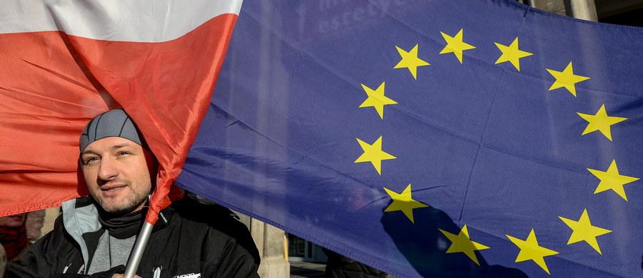 """Prawie 300 osób zgromadziło się na poznańskim Placu Wolności, by - w związku z ostatnimi wydarzeniami wokół TK - wspólnie manifestować """"w obronie polskiej demokracji"""". Na demonstracji zorganizowanej przez posłów Nowoczesnej obecni byli także parlamentarzyści Platformy Obywatelskiej. Spotkanie odbyło się pod hasłem """"Jestem Strażnikiem Demokracji"""". Uczestnicy pojawili się na Placu Wolności z flagami Polski i Unii Europejskiej. Wielu z nich przyniosło także swoje egzemplarze Konstytucji."""