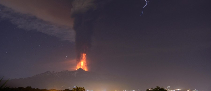 Kolejny dzień z rzędu wulkan Etna na Sycylii wyrzuca tumany popiołu wulkanicznego. Obecna aktywność została uznana przez naukowców za najgwałtowniejsze zjawisko o charakterze eksplozywnym od 20 lat. Zamknięte jest lotnisko w Katanii.