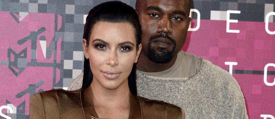 Amerykańska celebrytka Kim Kardashian i piosenkarz Kanye West doczekali się kolejnego potomka. O przyjściu na świat syna poinformowali na swojej stronie internetowej.