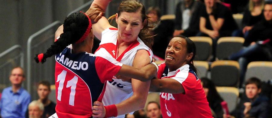 Polska pokonała w Naestved Kubę 27:22 (12:11) w swoim pierwszym meczu w mistrzostwach świata piłkarek ręcznych, które rozpoczęły się w Danii. Wcześniej w grupie B Holandia wygrała z Chinami 42:21.