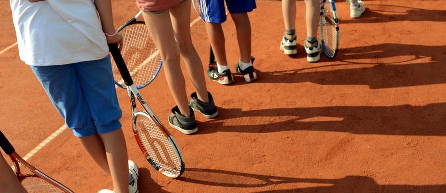 """""""Na początku dziecko musi oswoić się z rakietą, nauczyć się odbijać piłkę. Najważniejsza jest jednak zabawa"""" - mówi w rozmowie z RMF FM trener Piotr Groll z warszawskiej szkoły tenisa Tie break. Tym razem w cyklu """"Sport dla każdego"""" zachęcamy do rozpoczęcia przygody właśnie z tenisem."""
