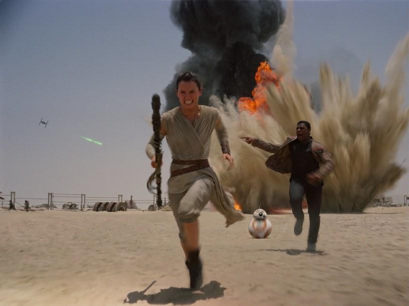 """Do premiery siódmej części sagi """"Gwiezdne wojny"""" pozostały już tylko dni. Z tej okazji, wytwórnia LucasFilm opublikowała kolejną porcję materiałów, które ukazują kulisy powstania filmu J.J Abramsa."""