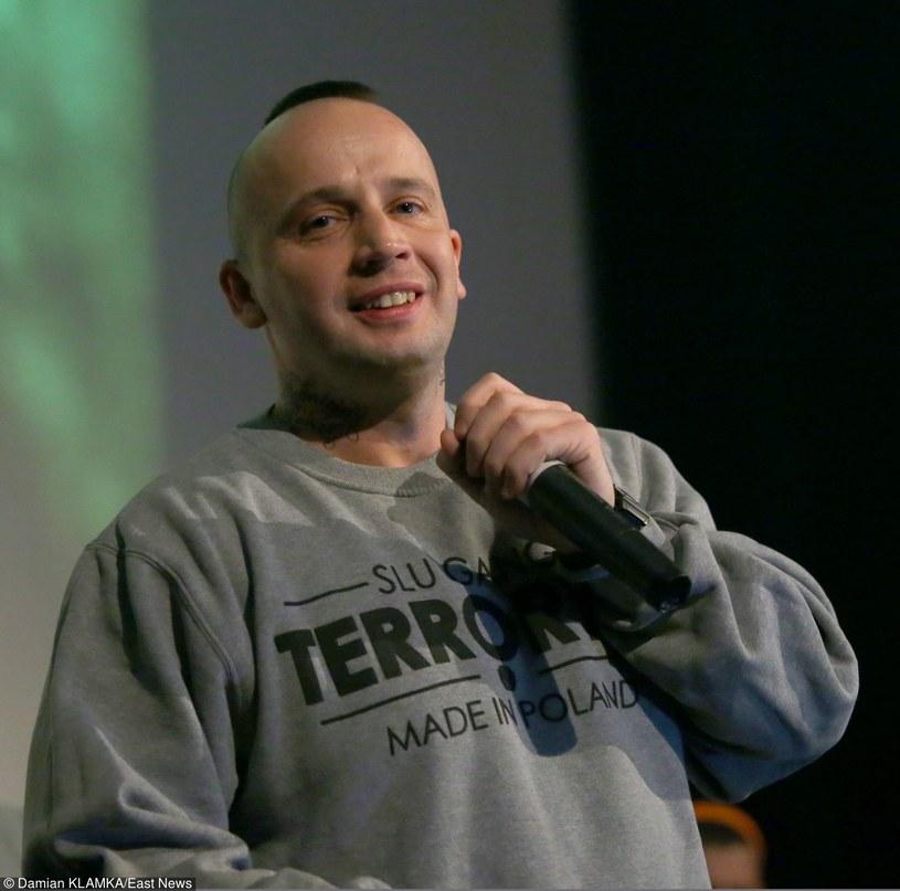 Poznański raper bardzo zdecydowanie podsumował ostatnie doniesienia medialne, na temat detektywa Rutkowskiego.