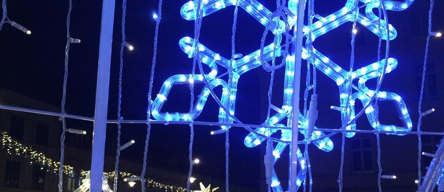 Ponad 80 migoczących gwiazd połączonych girlandami, wielkie świetlne bombki, dekoracyjne bramy, a także 25-metrowa choinka z wielkimi prezentami. Tak wygląda tegoroczna świąteczna iluminacja ulicy Piotrkowskiej w Łodzi, czyli głównego deptaku miasta.