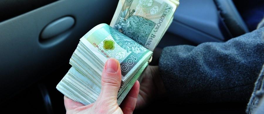 """W 2015 r. średnia wartość majątku na osobę w Polsce wyniosła 19,5 tys. dolarów amerykańskich - wynika z szóstego już raportu KPMG na temat rynku dóbr luksusowych w naszym kraju, a informuje o tym """"Puls Biznesu"""". Średnia w UE jest siedmiokrotnie wyższa."""
