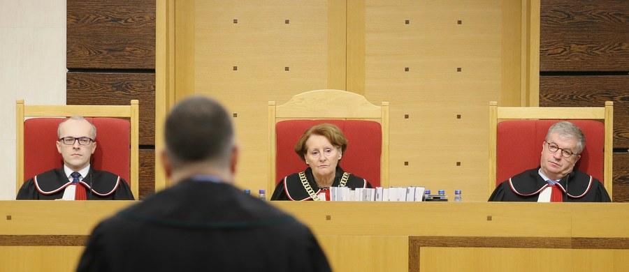 Trzy przepisy nowelizacji ustawy o Trybunale Konstytucyjnym autorstwa Prawa i Sprawiedliwości są niekonstytucyjne - uznał prokurator generalny Andrzej Seremet. Chodzi o zapisy o ponownym wyborze przez Sejm pięciu sędziów Trybunału, o 30-dniowym terminie na złożenia ślubowania przez sędziego oraz o wygaszeniu kadencji dotychczasowego prezesa i wiceprezesa Trybunału.