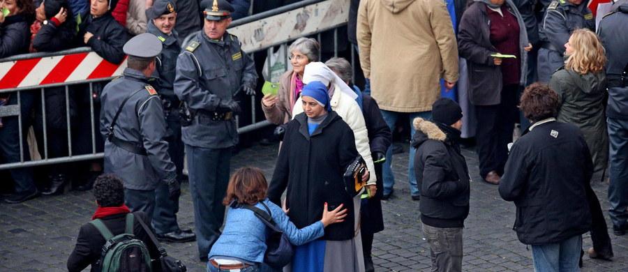Tysiące pielgrzymów pojawiło się nad ranem na Placu Świętego Piotra. Odbyła się tam uroczysta msza św. z okazji inauguracji Roku Świętego dedykowanego miłosierdziu. Z tej okazji papież Franciszek otworzył Drzwi Święte w bazylice watykańskiej. Ceremonii towarzyszyły nadzwyczajne środki bezpieczeństwa w związku z zagrożeniem terrorystycznym.