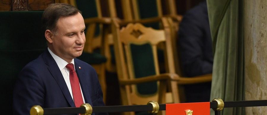 Prezydent Andrzej Duda odbierze w środę ślubowanie od Julii Przyłębskiej - piątej sędzi Trybunału Konstytucyjnego spośród pięciu sędziów, wybranych początkiem grudnia przez Sejm nowej kadencji. Poinformował o tym szef biura prasowego Kancelarii Prezydenta Marek Magierowski. Według niego, zaprzysiężenie to formalnie kończy spór wokół TK. Magierowski dodał, że z decyzji o zaprzysiężeniu sędzi TK można wyciągnąć wniosek, że prezydent nie zamierza zaprzysiąc trójki sędziów wybranych przez Sejm poprzedniej kadencji.