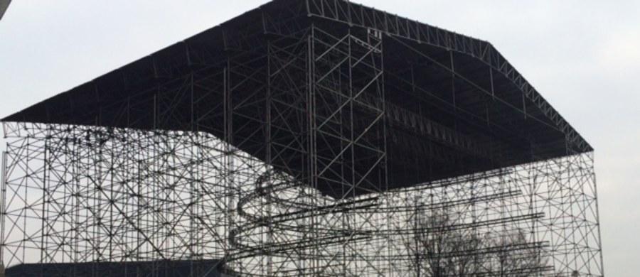 15 tirów zwozi do Katowic elementy sceny na Sylwestrową Moc Przebojów, imprezę organizowaną przez RMF FM i telewizję Polsat. Choć do sylwestra pozostało jeszcze sporo czasu, tuż obok Spodka już stoi gigantyczna konstrukcja sceny, a praca wre.