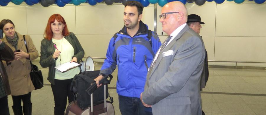 Pasażer numer 4 miliony wylądował na lotnisku w Balicach! To 27-letni Amin z Iranu, który nie krył zaskoczenia.