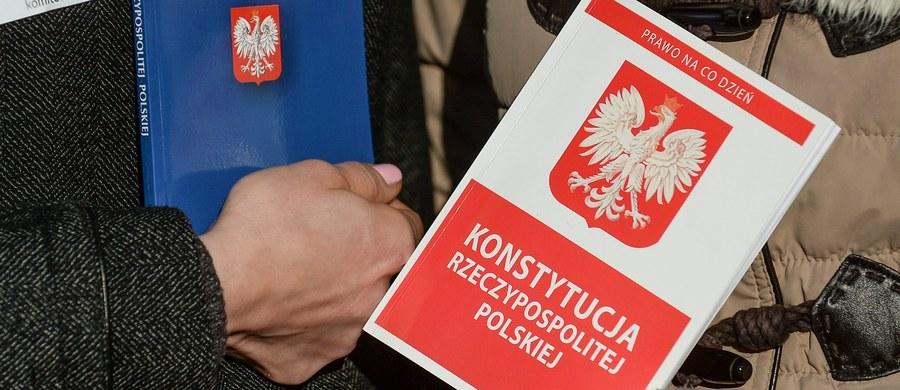 W środę Trybunał Konstytucyjny zajmie się nowelą ustawy o TK autorstwa PiS. Sejm chce uznania jej zgodności z ustawą zasadniczą. Prokurator Generalny wskazuje na niekonstytucyjność niektórych przepisów noweli. Sytuację wokół Trybunału w Polsce śledzi Komisja Europejska.