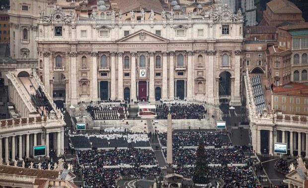 Już pierwszego dnia Roku Świętego włoska Gwardia Finansowa skonfiskowała w Rzymie pół miliona podrabianych, nielegalnych pamiątek z wizerunkami papieża i Watykanu. Znaleziono je w hurtowniach należących do Chińczyków.