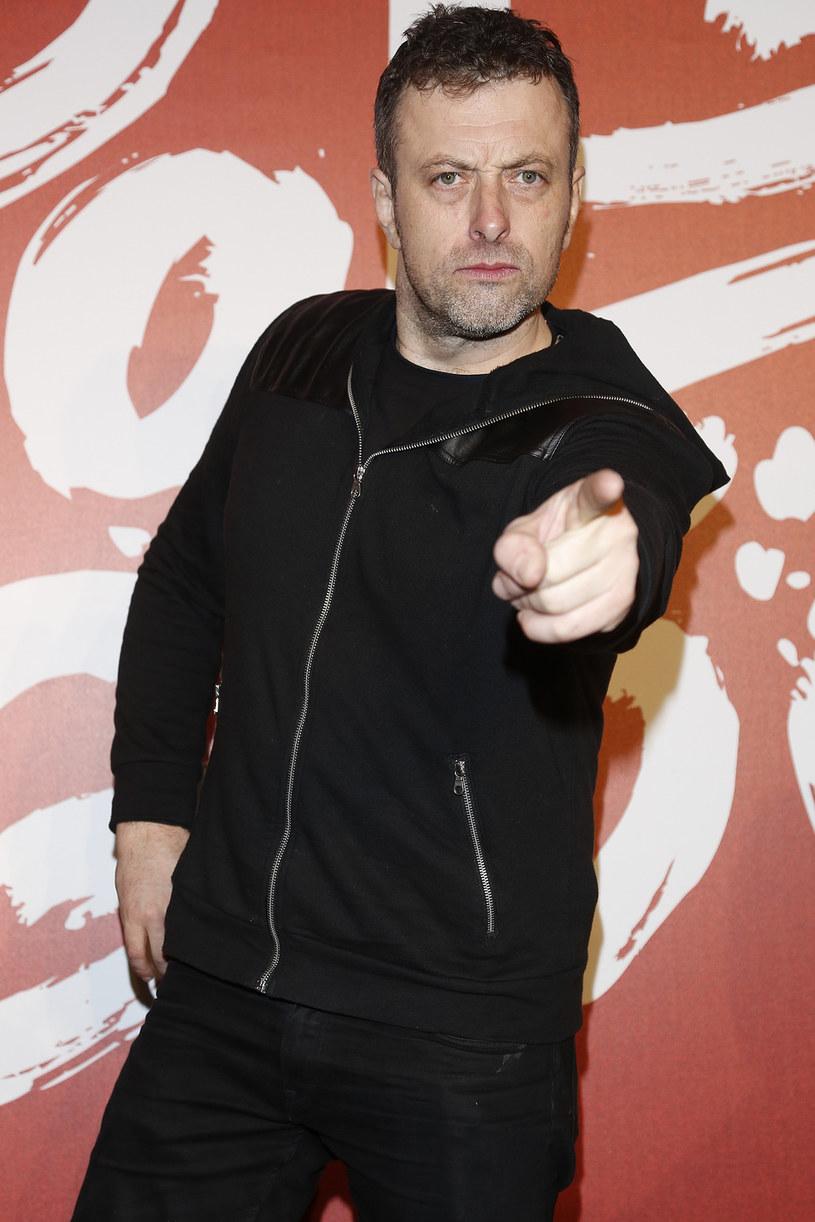"""To już oficjalne: Tymon Tymański zastąpi Piotra Roguckiego w fotelu jurora """"Must Be The Music""""."""