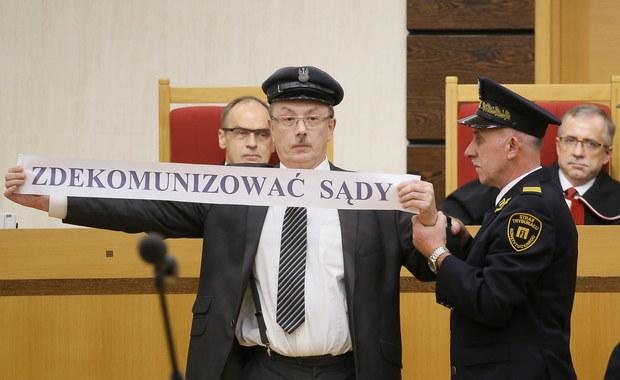 Nowelizacja ustawy o TK autorstwa PiS jest częściowo niezgodna z konstytucją - orzekł Trybunał Konstytucyjny. Za sprzeczny z konstytucją uznał m.in. przepis, który zezwolił Sejmowi na ponowny wybór trzech sędziów TK w miejsce tych, których kadencja wygasła 6 listopada. Niekonstytucyjne są - według TK - przepisy dotyczące wygaszenia kadencji obecnych prezesa i wiceprezesa TK, 30-dniowego terminu na przyjęcie ślubowania od nowo wybranego sędziego TK, a także zapis o tym, że złożenie ślubowania przed prezydentem rozpoczyna kadencję sędziego TK. Równocześnie Trybunał orzekł, że sam tryb uchwalenia nowelizacji był zgodny z ustawą zasadniczą.