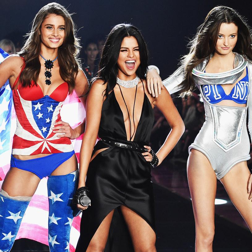 """Selena Gomez zachwyciła wszystkich swoją stylizacją podczas tegorocznego pokazu Victoria's Secret. Mimo to niektórzy zarzucili jej, że nie śpiewała na żywo swojego utworu """"Good for You""""."""