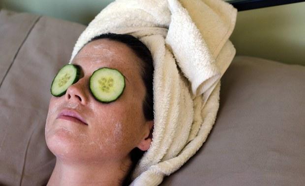 Na kilkanaście dni przed sylwestrową zabawą nie sprawdzą się żadne cudowne metody. Najlepszym domowym sposobem na poprawę kondycji skóry jest odpoczynek i sen. Nie warto eksperymentować z samoopalaczem i nowymi kosmetykami, warto za to zainwestować w dobry masaż - mówi w rozmowie z Ewą Kwaśny kosmetolog, Agnieszka Gomolińska.