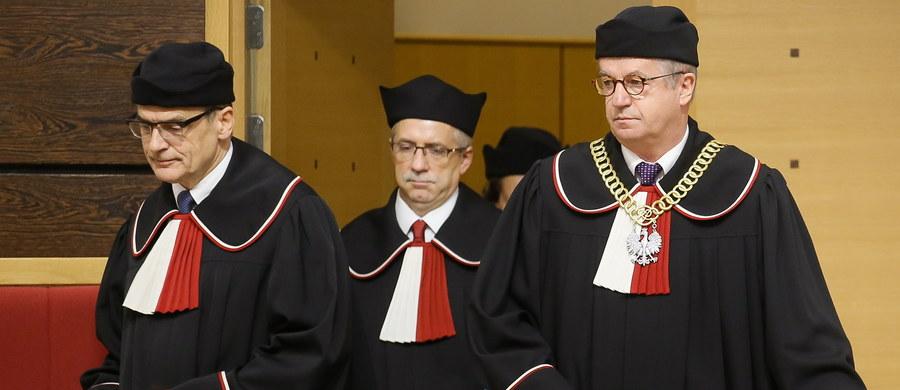 Nowelizacja ustawy o TK autorstwa PiS jest częściowo niezgodna z konstytucją - orzekł Trybunał Konstytucyjny. Za sprzeczny z konstytucją uznał m.in. przepis, który zezwolił Sejmowi na ponowny wybór trzech sędziów TK w miejsce tych, których kadencja wygasła 6 listopada. Niekonstytucyjne są - według TK - przepisy dotyczące wygaszenia kadencji obecnych prezesa i wiceprezesa TK, 30-dniowego terminu na przyjęcie ślubowania od nowo wybranego sędziego TK, a także zapis o tym, że złożenie ślubowania przed prezydentem rozpoczyna kadencję sędziego TK. Trybunał nie zakwestionował natomiast konstytucyjności samego trybu uchwalenia nowelizacji - sędzia Piotr Tuleja podkreślił w uzasadnieniu, że to kwestia niezwykle złożona i ewentualne wkroczenie w tę tematykę wymagałoby wydania orzeczenia w pełnym składzie.