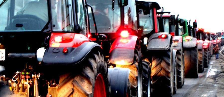 Minister rolnictwa chce zakładać nowe wsie w zachodniej Polsce. Zachętą do przeprowadzki dla młodych rolników ma być tania państwowa ziemia, której w tym rejonie jest dużo. Eksperci różnie oceniają ten pomysł. Podkreślają, że jego sukces zależy od szczegółowych kryteriów, np. doboru kandydatów.