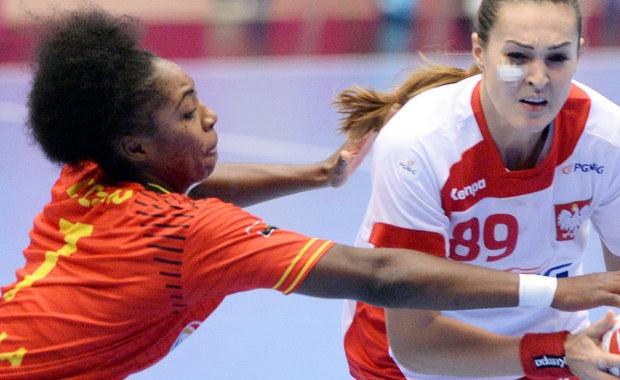 Polska wygrała w środę w duńskim Naestved z Angolą 29:27 (12:15) w swoim czwartym meczu w grupie B mistrzostw świata piłkarek ręcznych. Biało-czerwone zapewniły sobie awans do 1/8 finału turnieju. Wcześniej Polki wygrały z Kubankami 27:22, uległy Szwedkom 30:31 i pokonały Chinki 29:24. Na zakończenie fazy grupowej zmierzą się w piątek z Holenderkami.