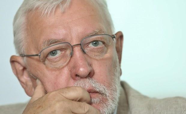 Według byłego prezesa Trybunału Konstytucyjnego Jerzego Stępnia, TK liczy obecnie 13 sędziów, w tym trzy osoby wybrane przez Sejm w październiku. Zdaniem profesora, nie są sędziami osoby wybrane 19 listopada i zaprzysiężone przez prezydenta.