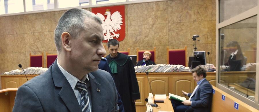 """W Krakowie kończy się proces Brunona Kwietnia oskarżonego o przygotowywanie zamachu na najwyższe władze Polski. """"Mamy do czynienia z osobą, która myśli, planuje i jest w stanie przeprowadzić zamach na najwyższe organy państwa"""" - oświadczył w mowie końcowej prokurator Mariusz Krasoń, który zażądał 13 lat więzienia dla byłego wykładowcy jednej z krakowskiej uczelni. """"Plan Brunona Kwietnia był realny i możliwy do przeprowadzenia"""" - dodał."""