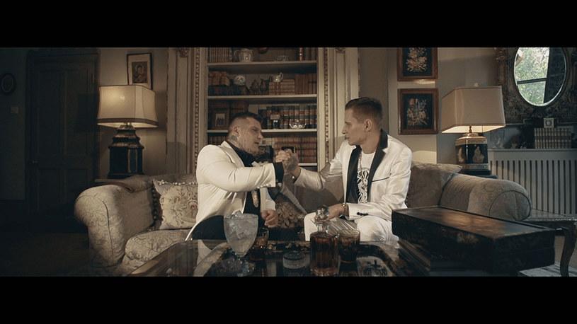 """Popek oraz Kali we wrześniu oficjalnie zakopali między sobą topór wojenny. Teraz wspólnie promują składankę """"Rap Najlepszej Marki vol. 2"""" numerem i teledyskiem """"Braci się nie traci""""."""