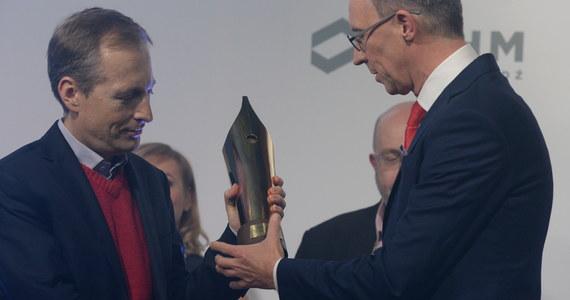 """Konrad Piasecki z RMF FM otrzymał w czwartek w Warszawie tytuł Dziennikarza Roku 2015. """"Wciąż to oczywiście do mnie nie dociera, za poza tym nie czuję się najlepszym, czuję się jednym z wielu, ale oczywiście strasznie się cieszę"""" – mówił Konrad tuż po odebraniu nagrody. Nasz redakcyjny kolega został nagrodzony za to, że w swoich programach: """"Kontrwywiadzie"""" w RMF FM, """"Piaskiem po oczach"""" w TVN24 i w felietonach w Interii udowadnia, że z przedstawicielami władzy można rozmawiać konkretnie i bez uprzedzeń, a dziennikarski komentarz może być merytoryczny, a nie polityczny."""