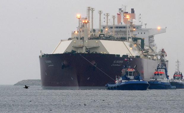 """Metanowiec """"Al Nuaman"""" z katarskim LNG wpłynął do gazoportu w Świnoujściu. Gigantyczna jednostka o długości ponad 315 m ma w swoich ładowniach gaz przeznaczony do schłodzenia i rozruchu gazoportu. Jednostka dostarczy ponad 200 tys. m sześć. skroplonego paliwa, tj. ok. 120 mln m sześc. gazu ziemnego."""