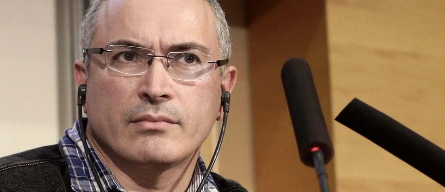 """Komitet Śledczy Federacji Rosyjskiej oficjalnie postawił Michaiłowi Chodorkowskiemu, byłemu głównemu udziałowcowi koncernu Jukos i krytykowi Kremla, zarzut zorganizowania zabójstwa w 1998 roku mera Nieftiejugańska Władimira Pietuchowa. """"Michaił Borysowicz uważa te zarzuty za farsę"""" - powiedziała rzeczniczka Chodorkowskiego."""